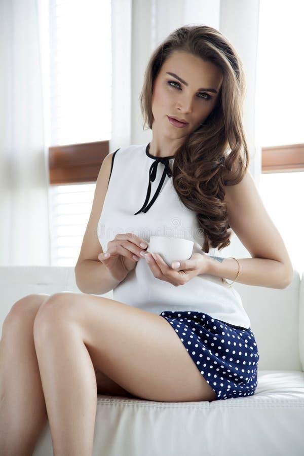 Download Платье элегантности красивой и сексуальной женщины нося Стоковое Изображение - изображение насчитывающей шикарно, adulteration: 41650557
