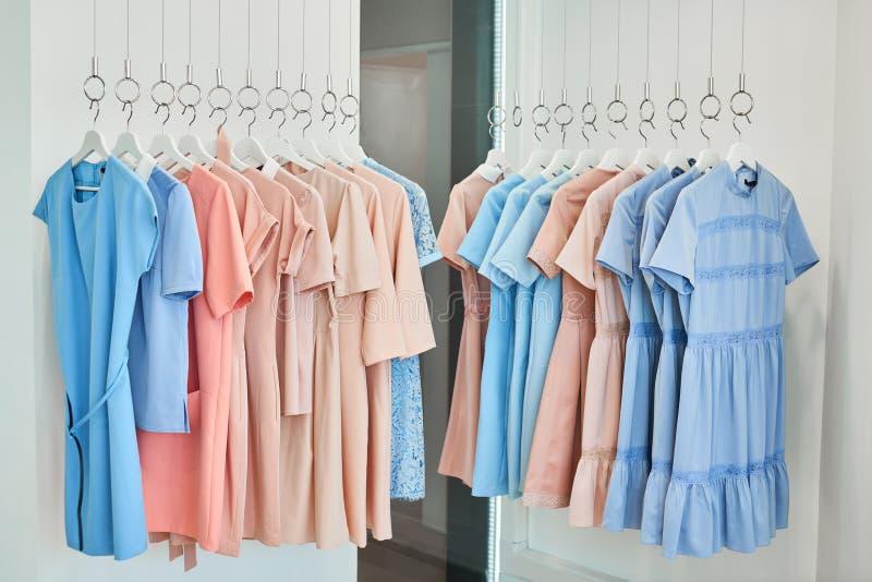 Платья женщины в магазине одежды стоковое изображение rf