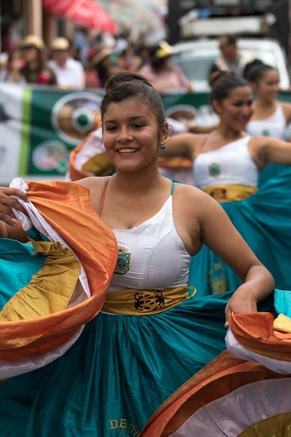 Платья colonial женского танцора нося в эквадоре стоковые фотографии rf