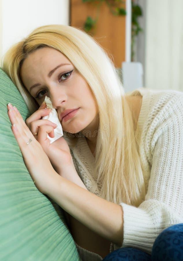 Плача белокурая женщина стоковые фото