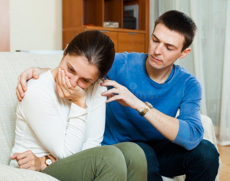 Плача женщина имеет проблему, укомплектовывает личным составом утешать ее стоковые фото
