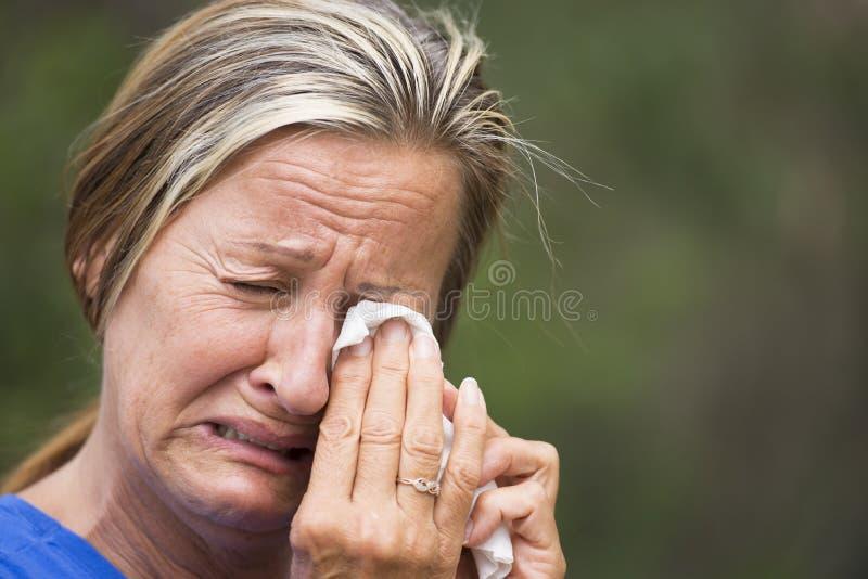Плача женщина усиленная в печали стоковая фотография rf
