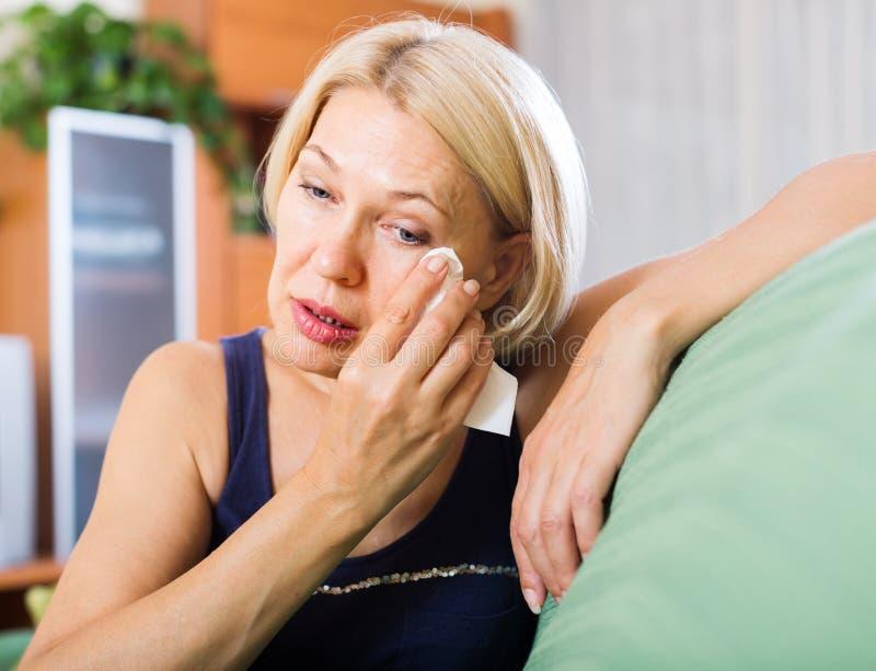 Плача зрелая женщина стоковое изображение