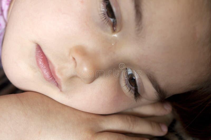 Плача маленькая девочка стоковое изображение rf