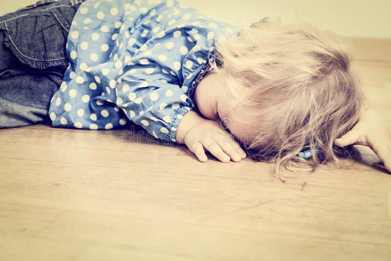 Плача ребенок, депрессия и тоскливость стоковые изображения rf