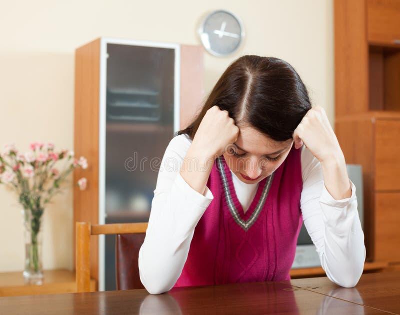 Плача сиротливая женщина брюнет стоковое фото rf