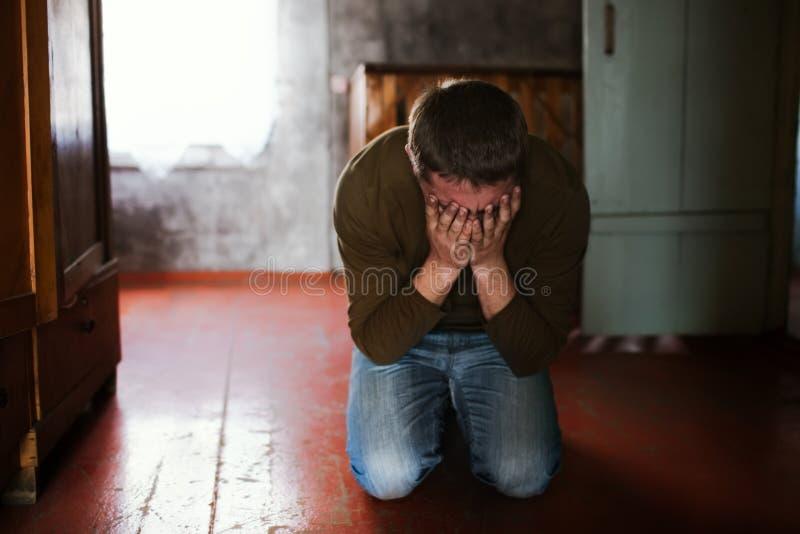 плача человек стоковая фотография