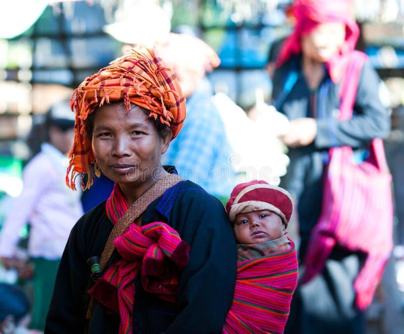 Племенные женщины PA-O в положении Шани, Мьянме стоковые фото