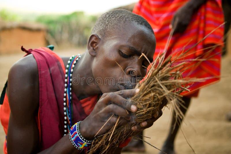 Племя Masai людей делает огонь в традиционном пути стоковое изображение rf