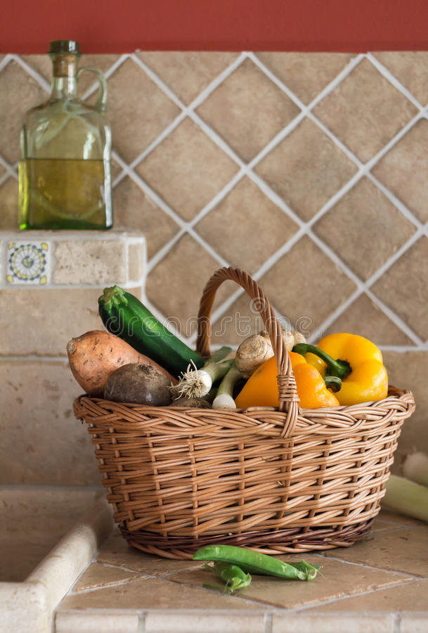 Плетеная корзина с овощем стоковые изображения rf