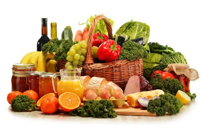Плетеная корзина с сортированными органическими овощами и плодоовощами стоковые фотографии rf