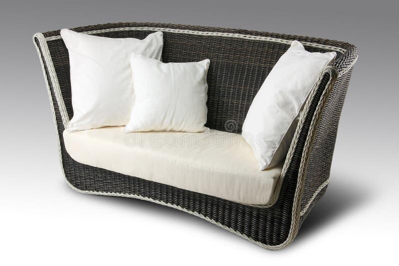 Плетеная софа с подушками стоковое изображение rf
