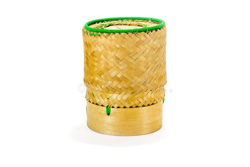 Плетеное бамбуковое ремесленничество традиции липкого риса с белым backgr стоковые фотографии rf