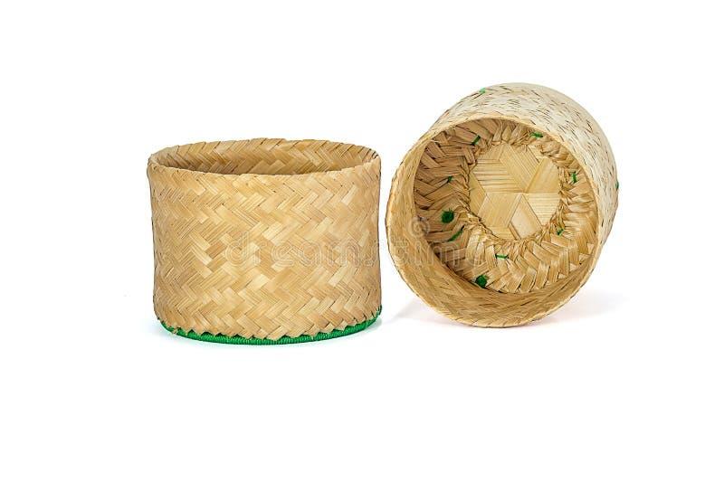 Плетеное бамбуковое ремесленничество традиции липкого риса с белым backgr стоковое фото