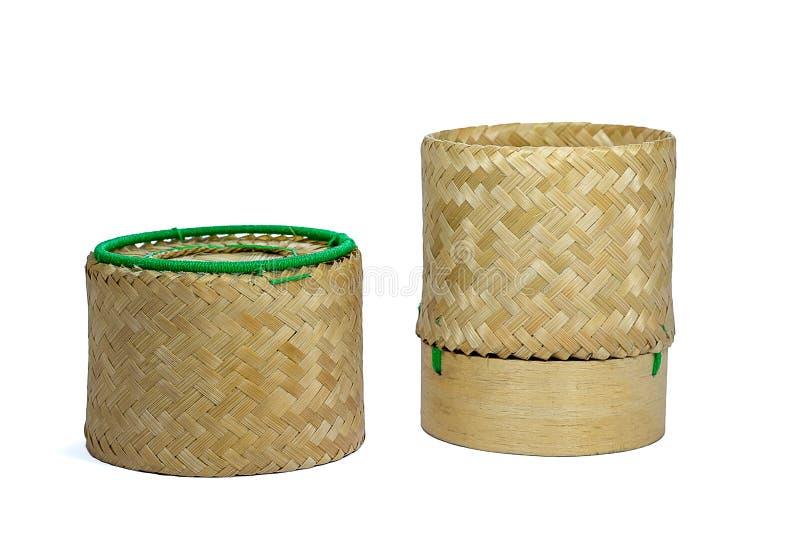 Плетеное бамбуковое ремесленничество традиции липкого риса с белым backgr стоковое изображение rf