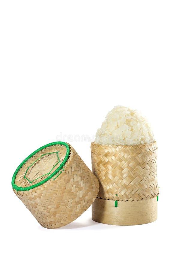 Плетеное бамбуковое ремесленничество традиции липкого риса с белым backgr стоковая фотография