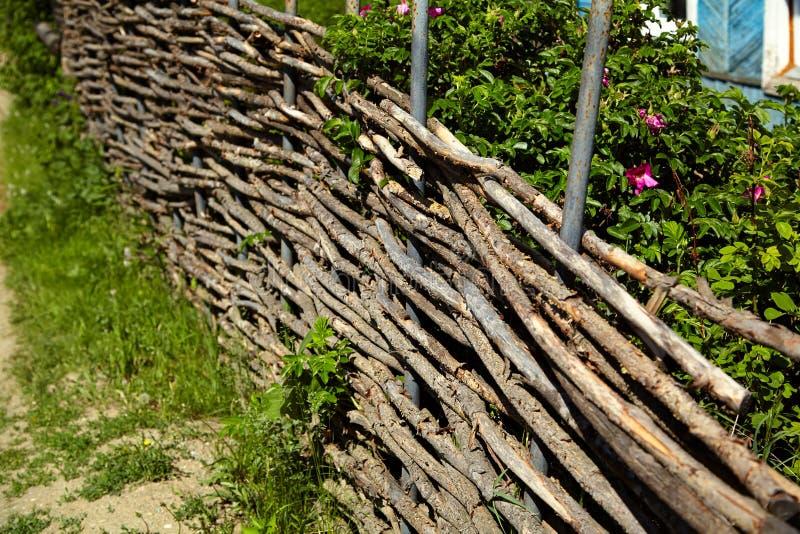Плетеное деревенское обнести сад стоковые изображения