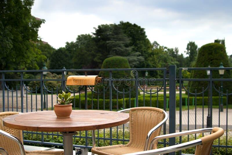 Плетеные стулья и таблица в пригородном баре стоковые изображения rf