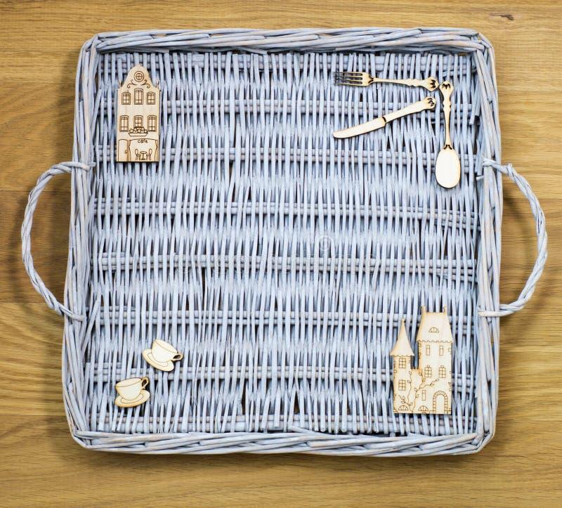 Плетеный поднос и деревянные диаграммы стоковая фотография