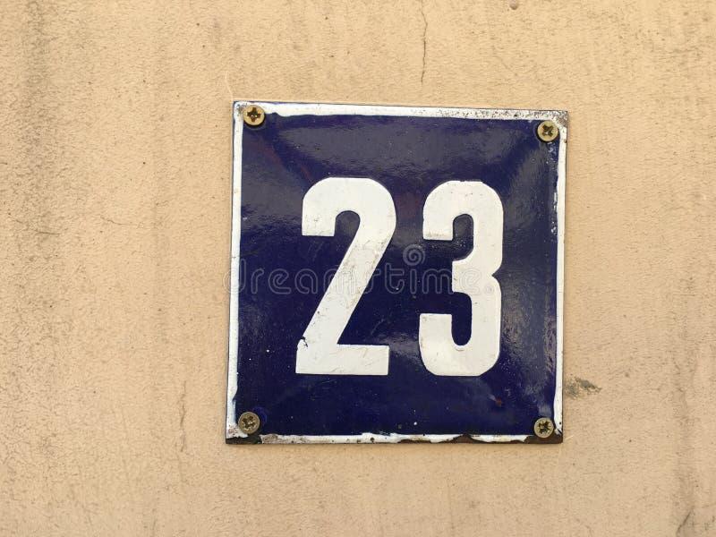 Плита винтажного металла квадрата grunge ржавая номера адреса улицы с номером стоковая фотография rf