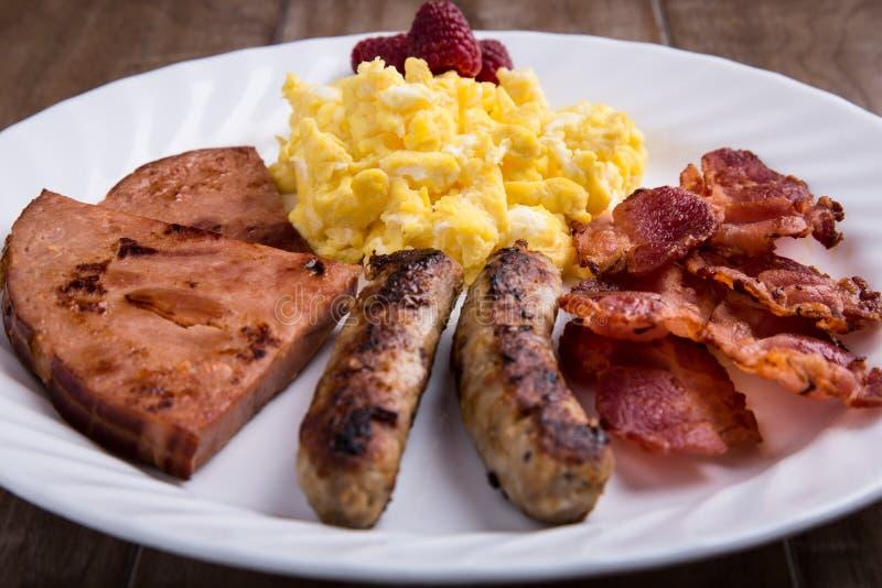 Плита завтрака - взбитых яя, бекона, сосиски и ветчины 1 стоковые изображения rf