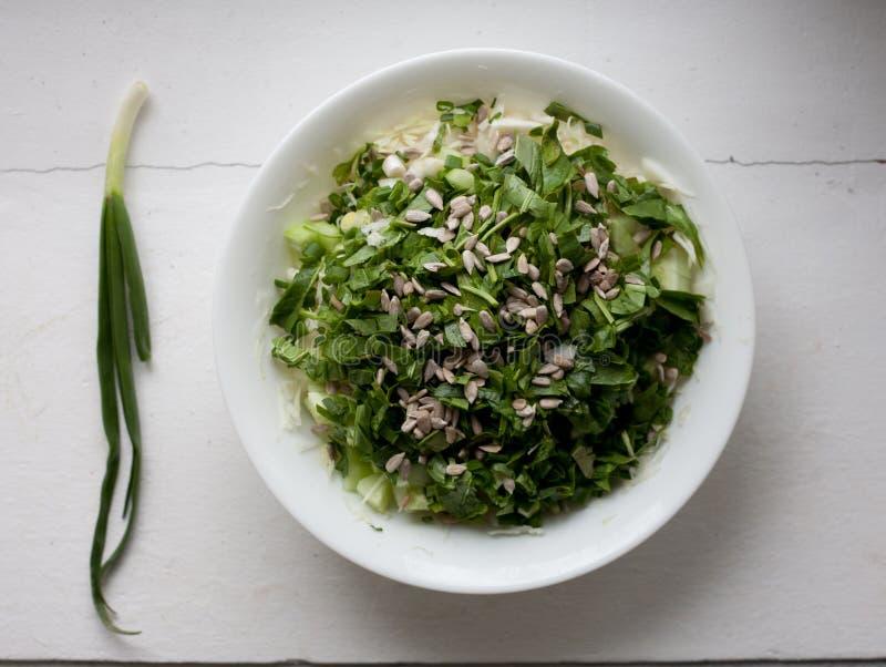 Плита здорового зеленого взгляд сверху салата овощей стоковое фото rf