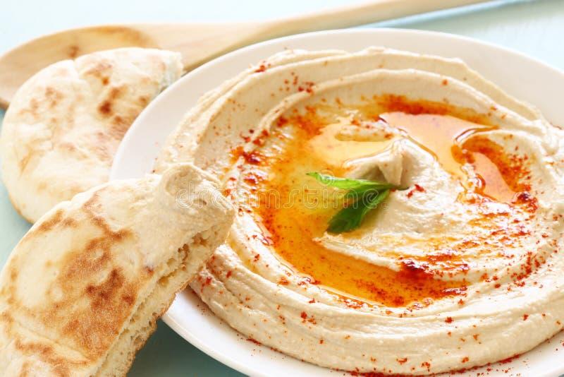 Плита и лимон погружения Hummus на деревянном столе стоковое изображение