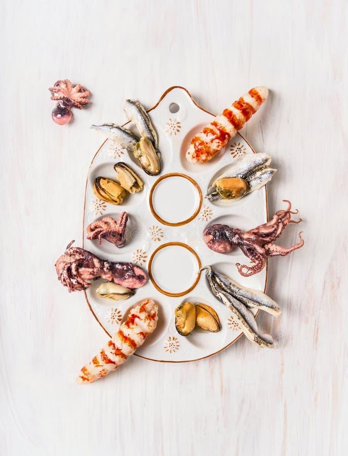 Плита морепродуктов с осьминогом младенца, мидией, камсой и большой креветкой стоковое фото