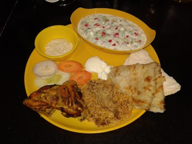 Плита обедающего служила с roti khubus цыпленка и чатнями и майонезом стоковое изображение