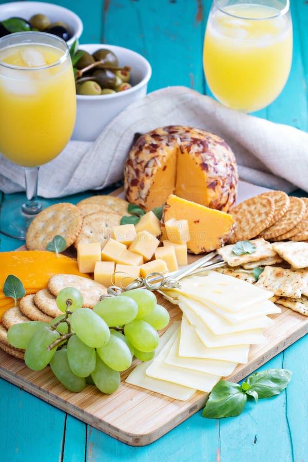 Плита сыра на таблице стоковое изображение rf