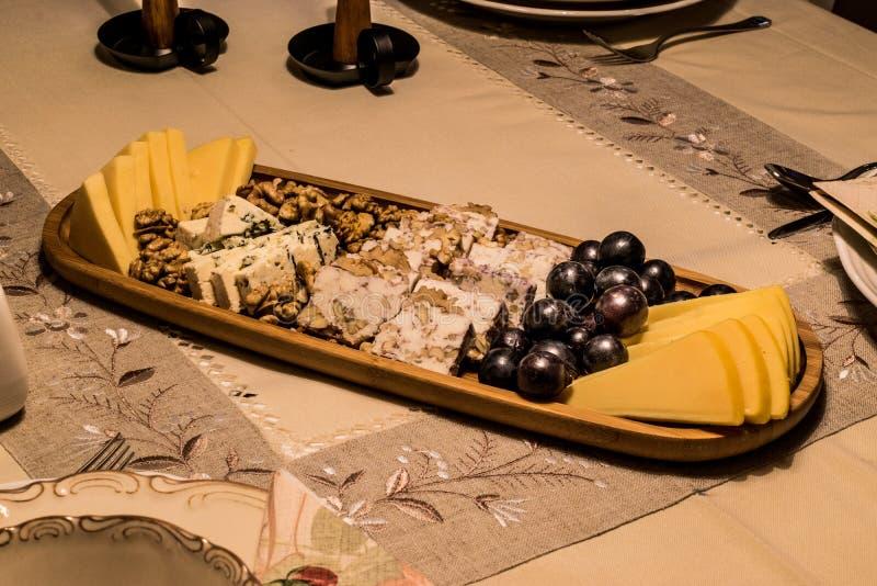 Плита сыра: Эмменталь, сыр камамбера, голубой сыр, чеддер, стоковая фотография