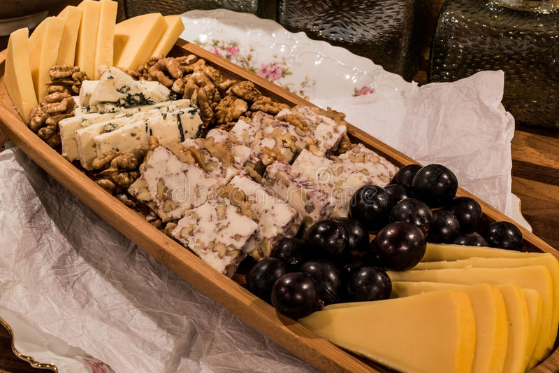 Плита сыра: Эмменталь, сыр камамбера, голубой сыр, чеддер, стоковые изображения rf