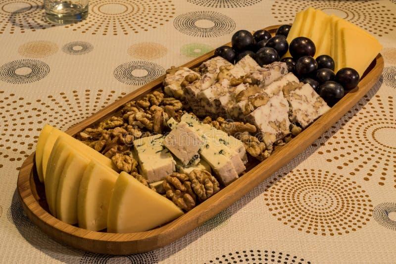 Плита сыра: Эмменталь, сыр камамбера, голубой сыр, чеддер, стоковая фотография rf
