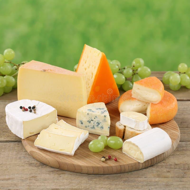 Плита с камамбером, гауда и швейцарским сыром стоковая фотография