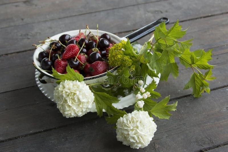 Плита с клубниками и сладостными вишнями стоковые фото