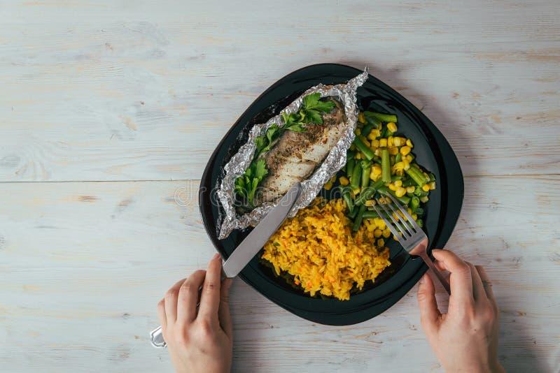 Плита с рыбами и овощами подъема стоковые изображения