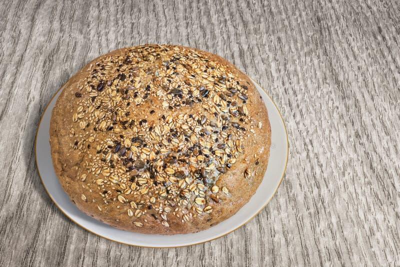 Плита с хлебцем объединенного хлеба Брайна на деревянном фоне стоковые изображения rf