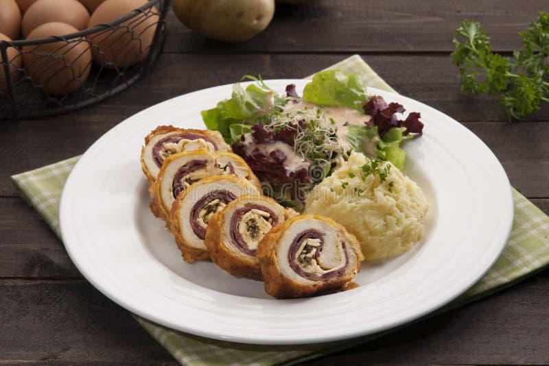 Плита Ayam с картошкой и травами на таблице в ресторане стоковые фотографии rf
