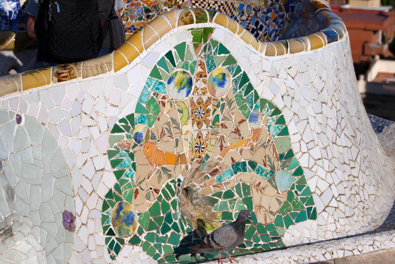 Плитка мозаики Trencadis в парке Guell в Барселоне стоковые фото