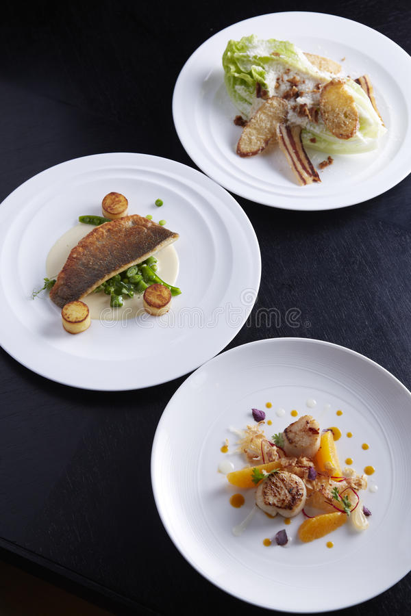 3 плиты еды на таблице стоковые изображения