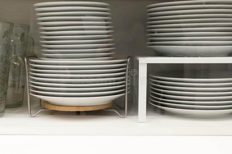 Плиты после мытья в cupbord для блюд стоковая фотография rf