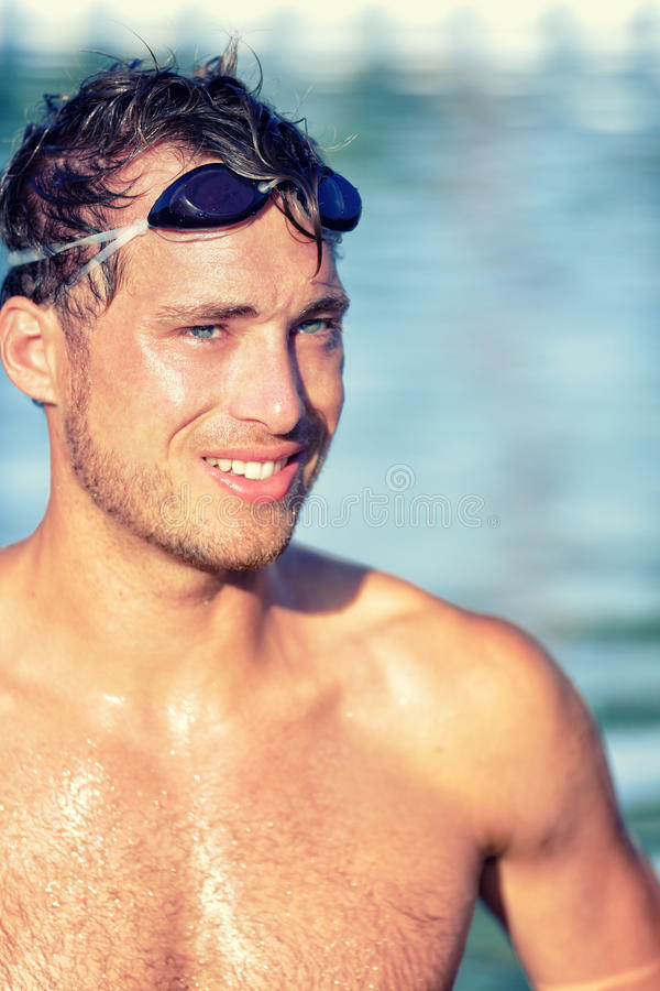 Пловец спортсмена в бассейне с изумлёнными взглядами заплыва стоковые изображения rf