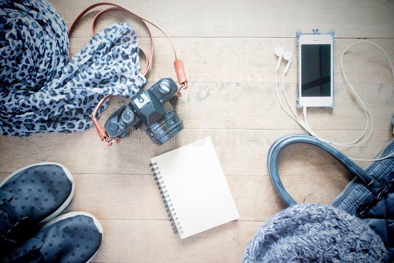 Плоская фотография положения с пустой тетрадью, мобильным телефоном, acce перемещения стоковые фото