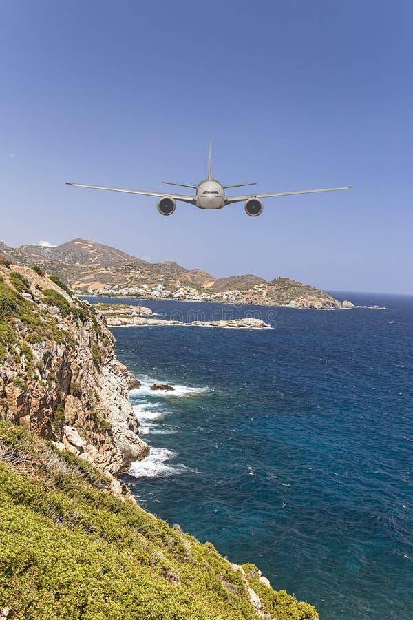 Плоский причаливающ head-on острову готовому для того чтобы приземлиться стоковые фотографии rf