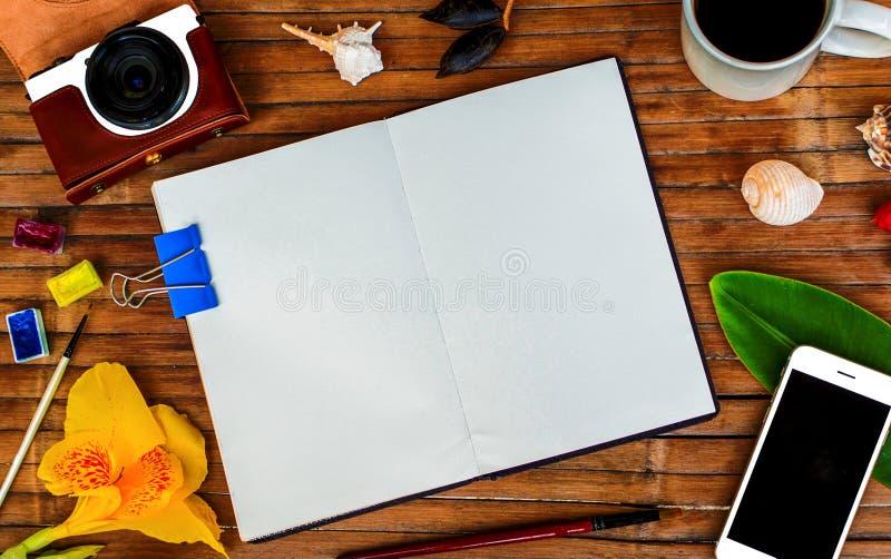 Плоский состав положения Раскройте тетрадь с пустой страницей Предпосылка битника или года сбора винограда стоковые изображения