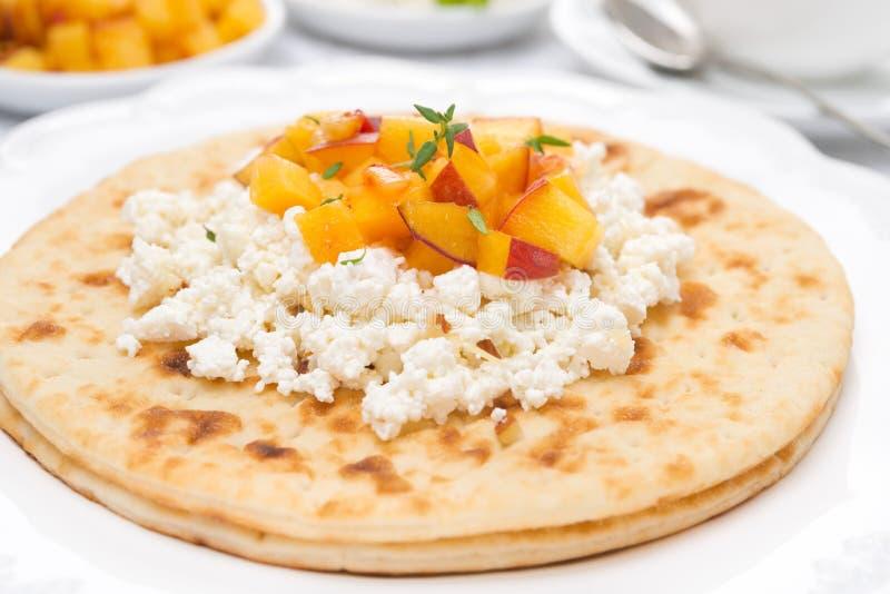 Плоский хлеб с творогом, медом, гайками, персиками и тимианом стоковые изображения