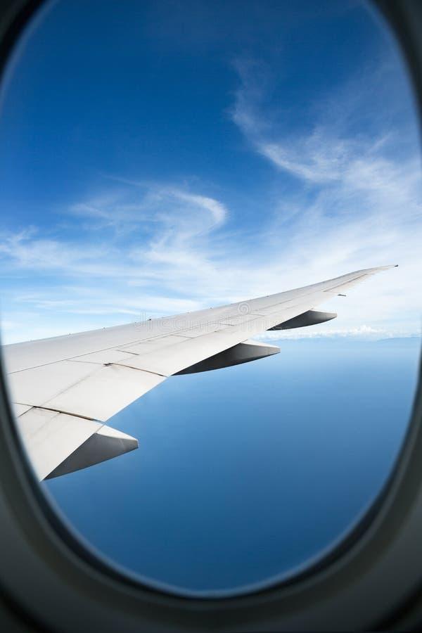 Плоское окно высокое на голубых небесах стоковые изображения