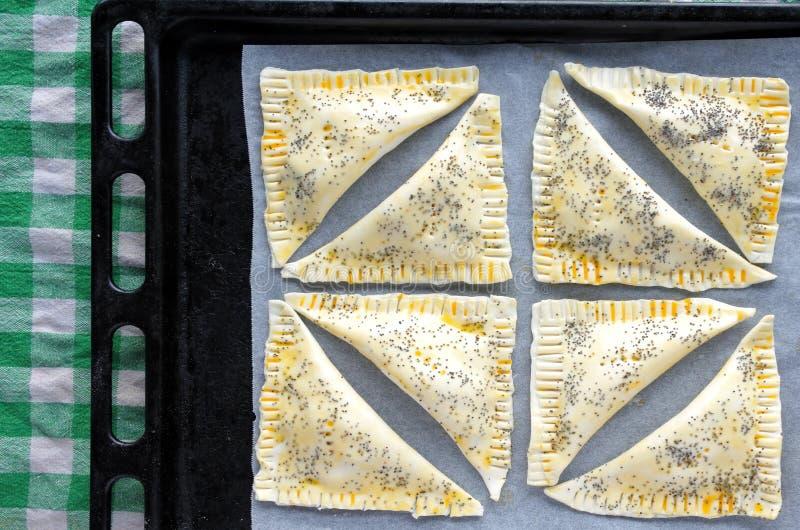 Плоское положение подноса вполне с готовым для того чтобы быть кашеваром триангулярным Burekas стоковое изображение rf