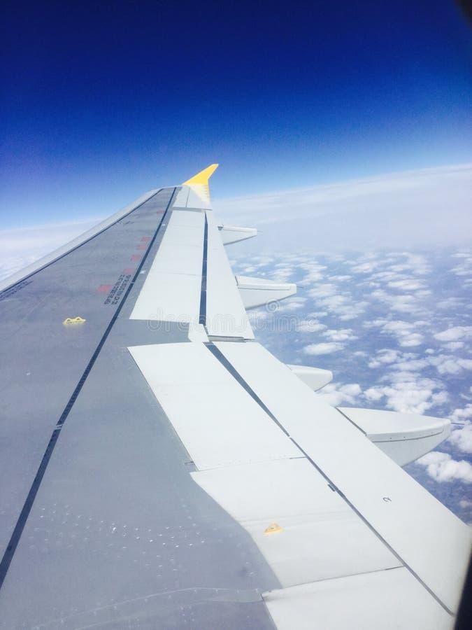Плоское путешествие и голубые облака стоковое изображение
