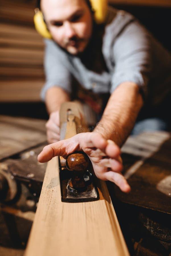 Плотник, в мастерской на работе стоковые фотографии rf